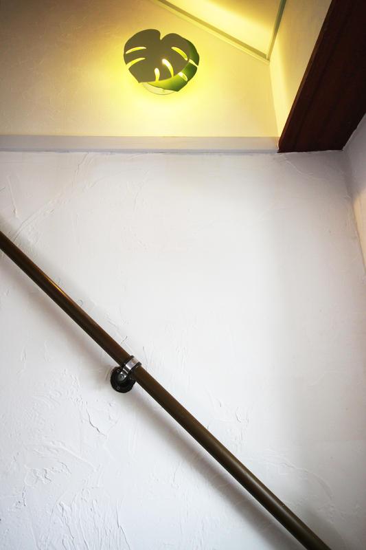 白い塗り壁と照明器具のコントラスト