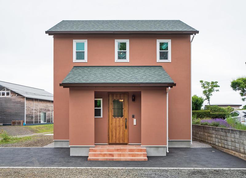 あこがれの三角屋根と塗り壁がかわいいお家